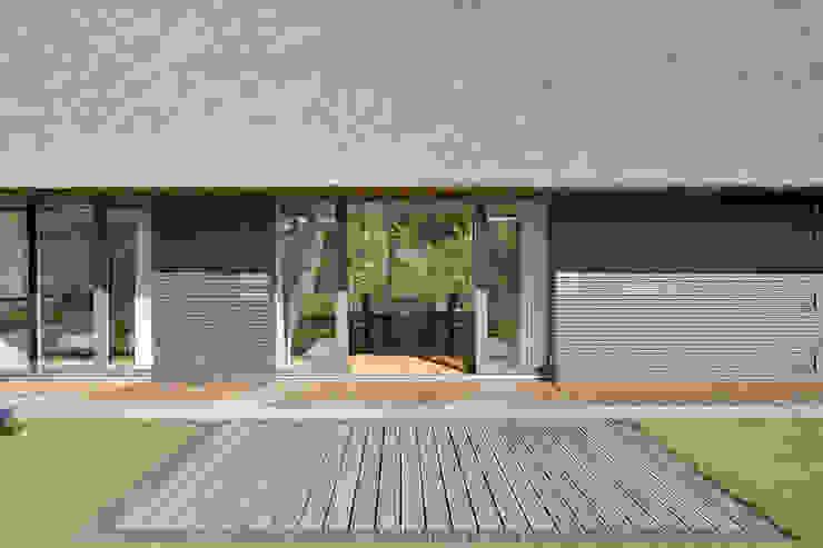 Terrasse mit Südfenster zum Essbereich Möhring Architekten Moderner Balkon, Veranda & Terrasse