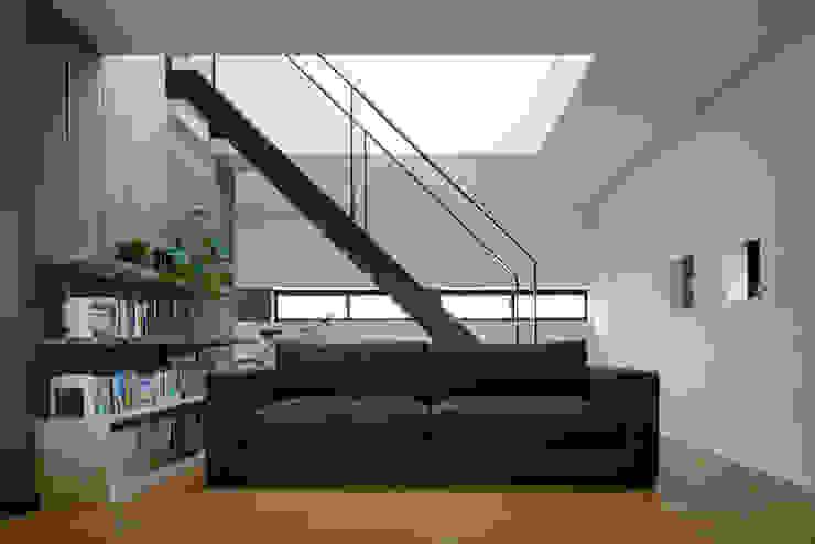リビングソファ モダンデザインの リビング の 一級建築士事務所 SAKAKI Atelier モダン 木 木目調
