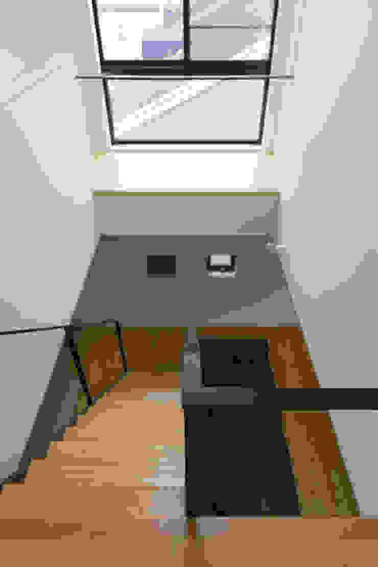 吹抜 モダンスタイルの 玄関&廊下&階段 の 一級建築士事務所 SAKAKI Atelier モダン 木 木目調