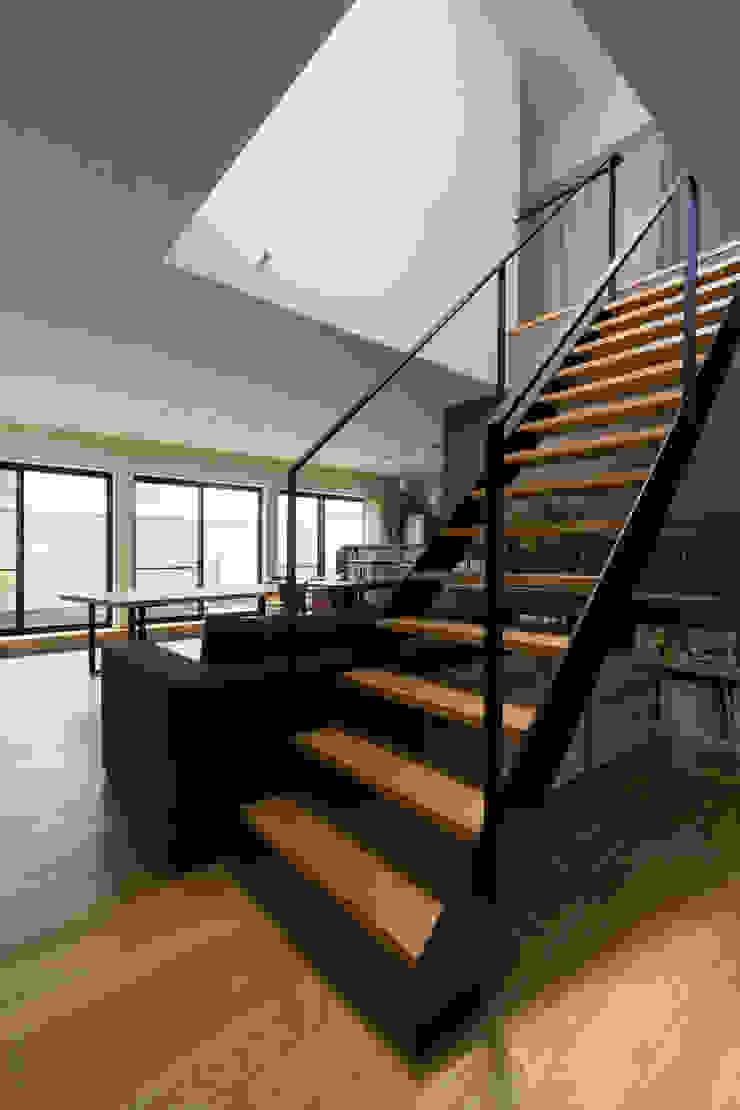 階段 モダンデザインの リビング の 一級建築士事務所 SAKAKI Atelier モダン 鉄/鋼