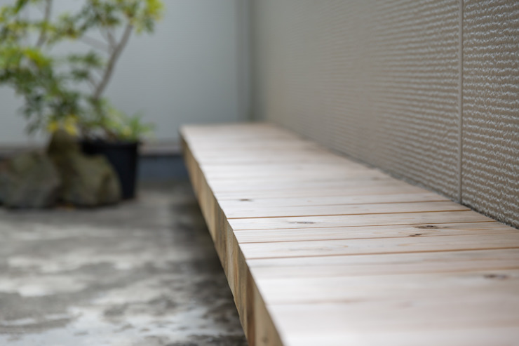 float|座面を宙に浮かせた屋外ベンチ: 一級建築士事務所 SAKAKI Atelierが手掛けた現代のです。,モダン 木 木目調