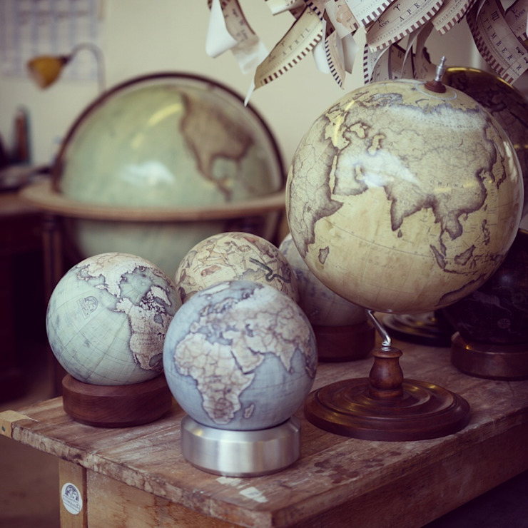 A Luminom base with a Cool Blue Mini Desk Globe par Bellerby and Co Globemakers Moderne