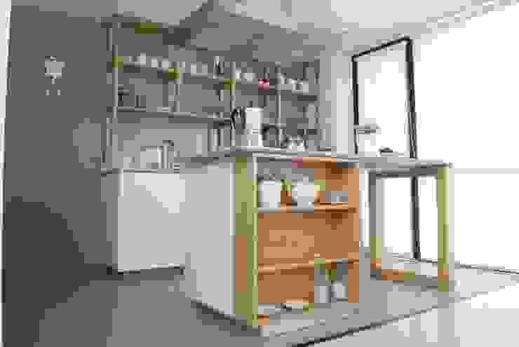 Cocina AVA // madera natural // termoformado de Muebles muc. Clásico