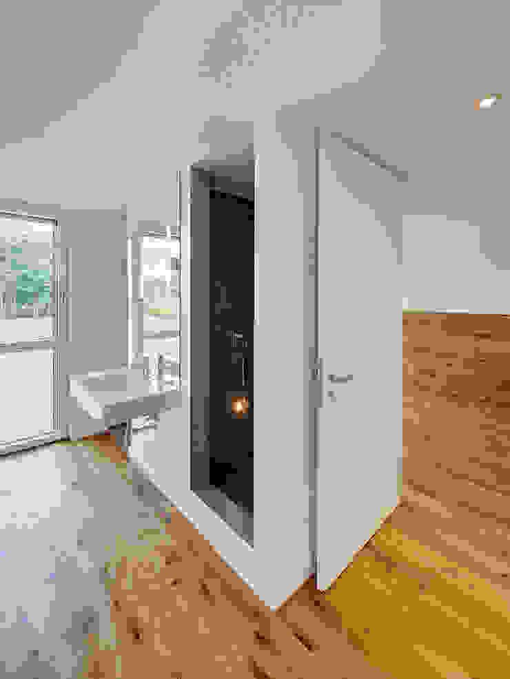 Scheunentrio mit Reetfassade, Landesbaupreis 2014 Moderne Badezimmer von Möhring Architekten Modern