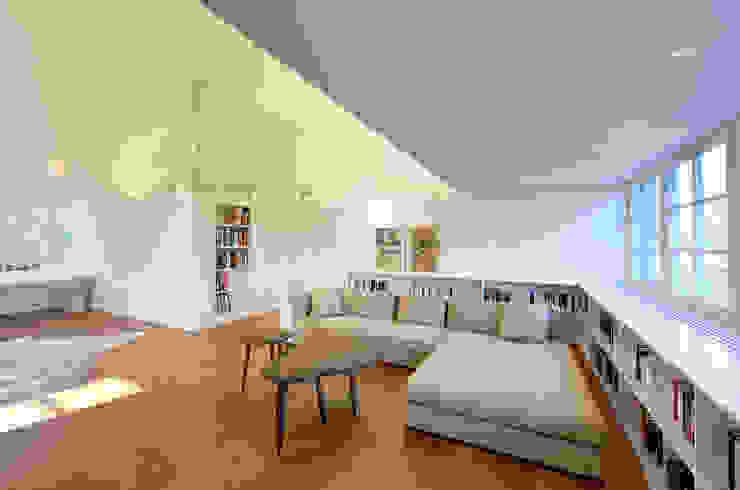 Dachausbau und Sanierung einer Villa in Berlin Moderne Wohnzimmer von Möhring Architekten Modern