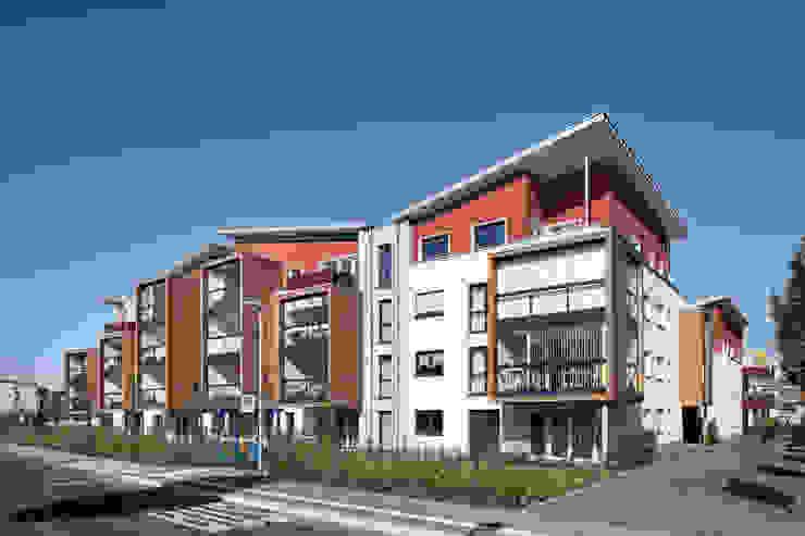 Blick auf die zum Schallschutz verglasten Loggien Moderne Häuser von aaw Architektenbüro Arno Weirich Modern