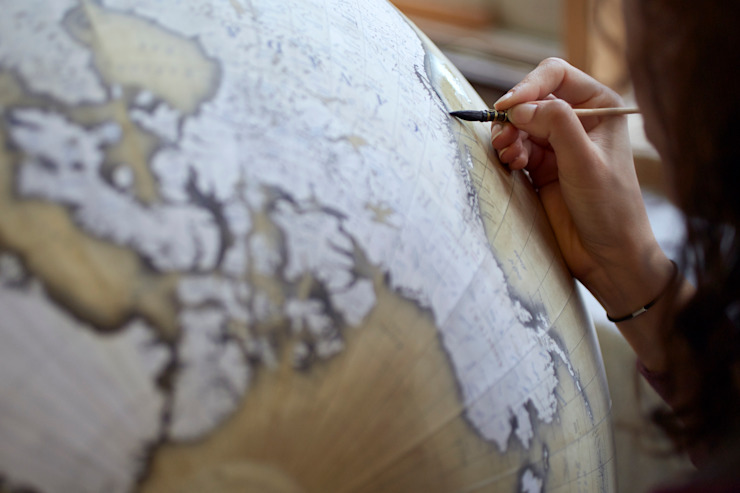 Isis painting an 80cm Globe, Bellerby & Co Globemakers de Bellerby and Co Globemakers Clásico