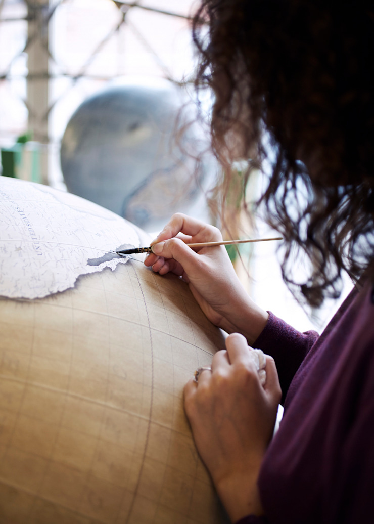 Isis painting an 80cm Globe, Bellerby & Co Globemakers de Bellerby and Co Globemakers Rural