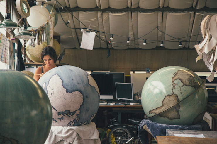 Isis painting an 80cm Globe, Bellerby & Co Globemakers de Bellerby and Co Globemakers Moderno