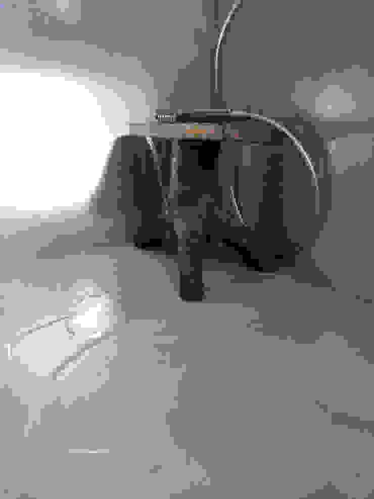 Bagno in microcemento Bagno minimalista di Pavimento Moderno Minimalista