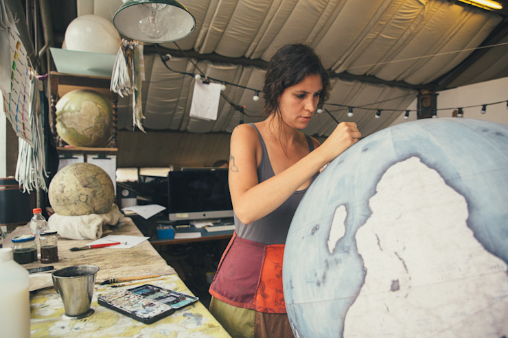 Isis painting an 80cm Globe, Bellerby & Co Globemakers de Bellerby and Co Globemakers Ecléctico