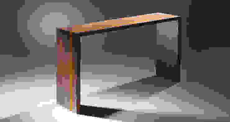 Yellow striped console table por Martin Gallagher Moderno