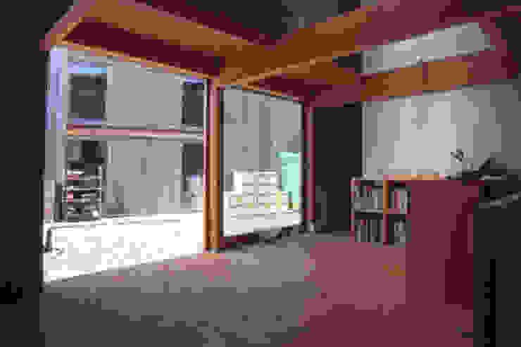 アトリエ内部から中庭方向を見る オリジナルな 家 の 家山真建築研究室 Makoto Ieyama Architect Office オリジナル