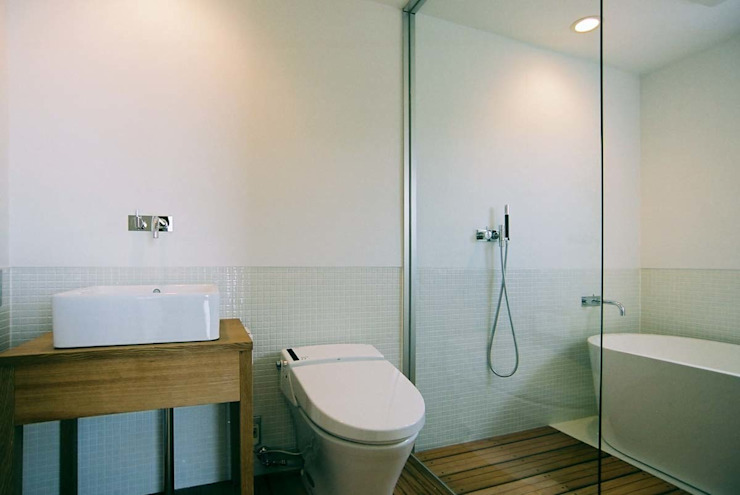 Eclectic style bathroom by 家山真建築研究室 Makoto Ieyama Architect Office Eclectic