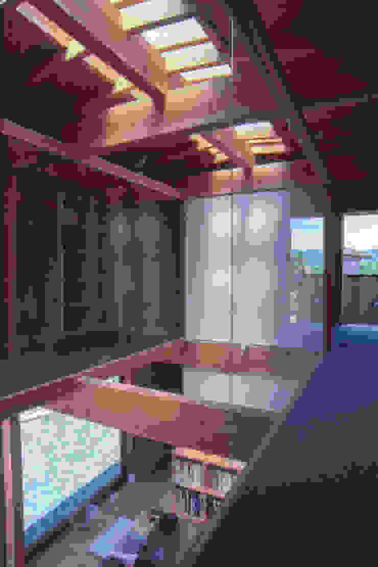 2階書斎より吹抜のガラス越しに見る オリジナルな 家 の 家山真建築研究室 Makoto Ieyama Architect Office オリジナル