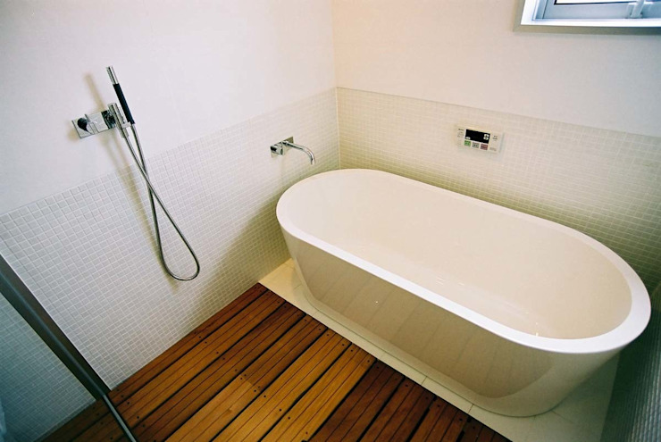 Eclectic style bathrooms by 家山真建築研究室 Makoto Ieyama Architect Office Eclectic