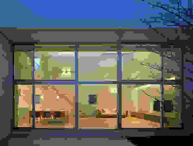 居間食堂 モダンデザインの リビング の Atelier Square モダン