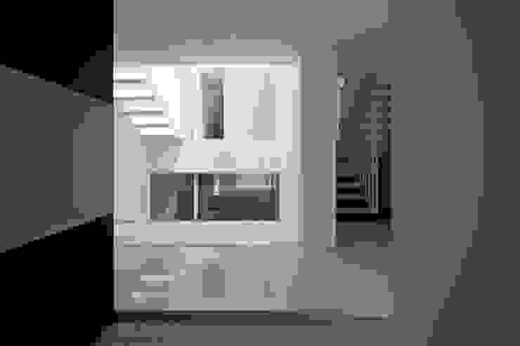 entrance 1 ミニマルな 家 の YUCCA design ミニマル
