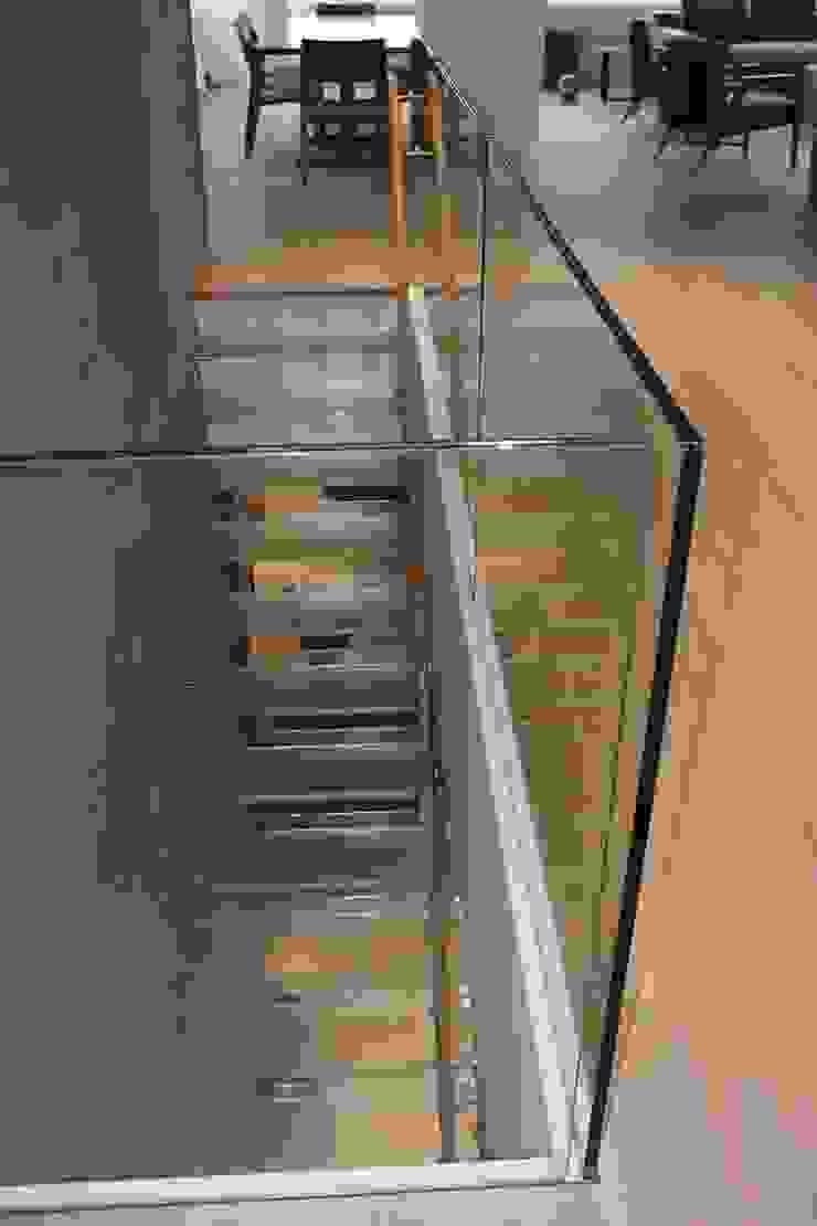 Moderne Glastreppe, Handlauf aus Holz, Rutschfeste mattierte Oberfläche, Mistral von Siller Treppen/Stairs/Scale Modern Glas