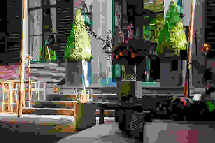 Balkon, veranda & terras door Planika Fires,