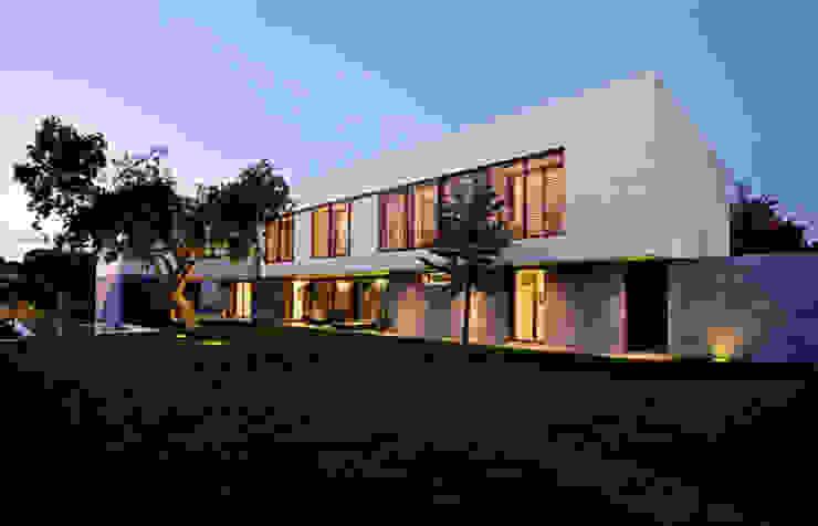 fachada hacia el jardín Casas de estilo moderno de lightarchitecture studio Moderno