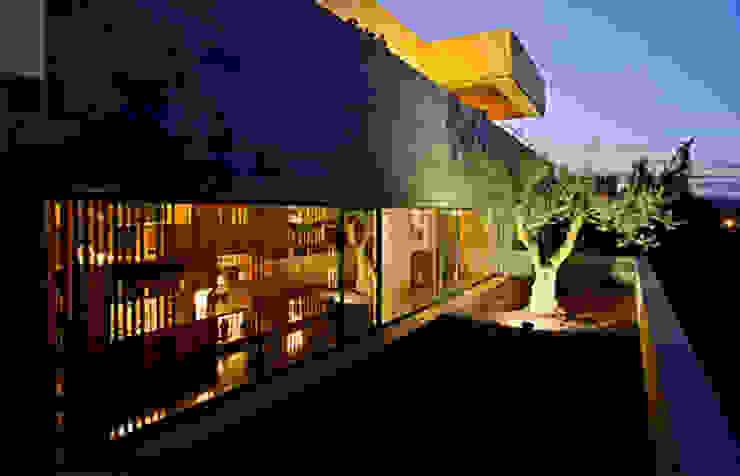Fachada hacia el patio del olivo Casas de estilo moderno de lightarchitecture studio Moderno