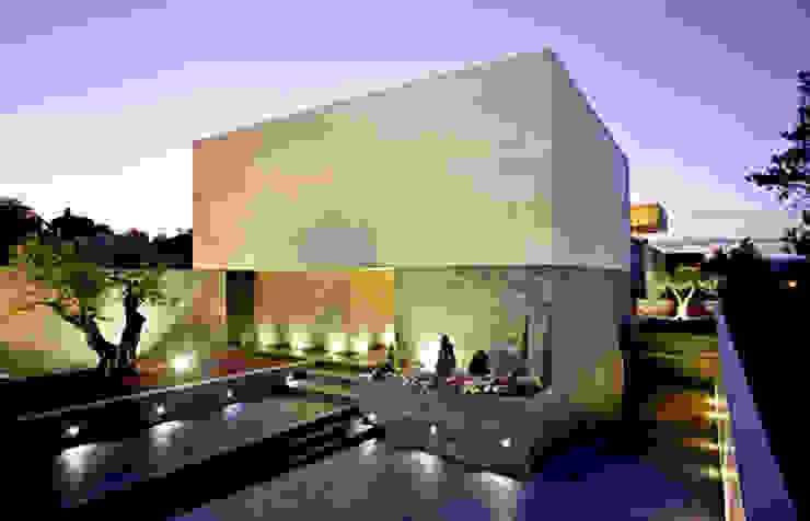 Fachada del patio de acceso Casas de estilo minimalista de lightarchitecture studio Minimalista