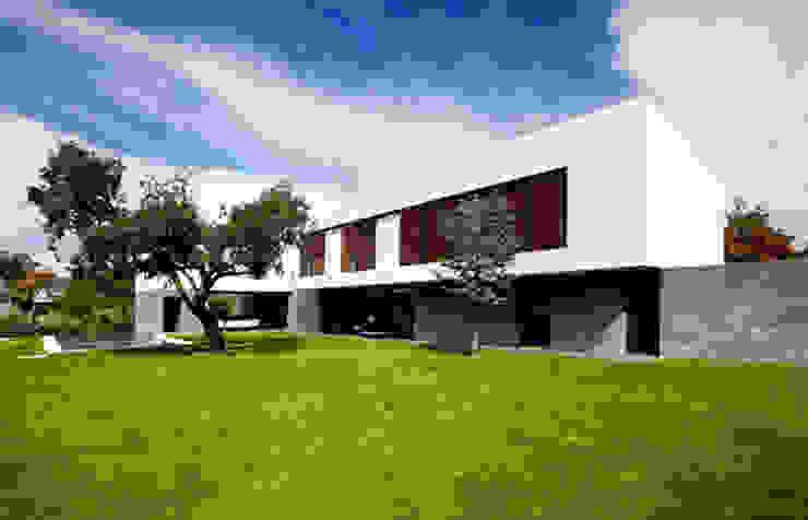 Fachada principal Casas de estilo moderno de lightarchitecture studio Moderno