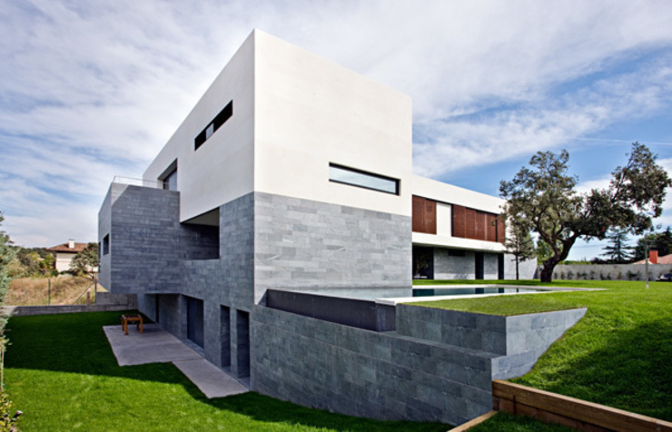 Fachada trasera y piscina rebosante Casas de estilo moderno de lightarchitecture studio Moderno