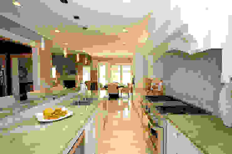 CAMPBELL HOUSE – EDMONTON – ALBERTA – CANADA Cucina in stile classico di Ceramica Fioranese Classico