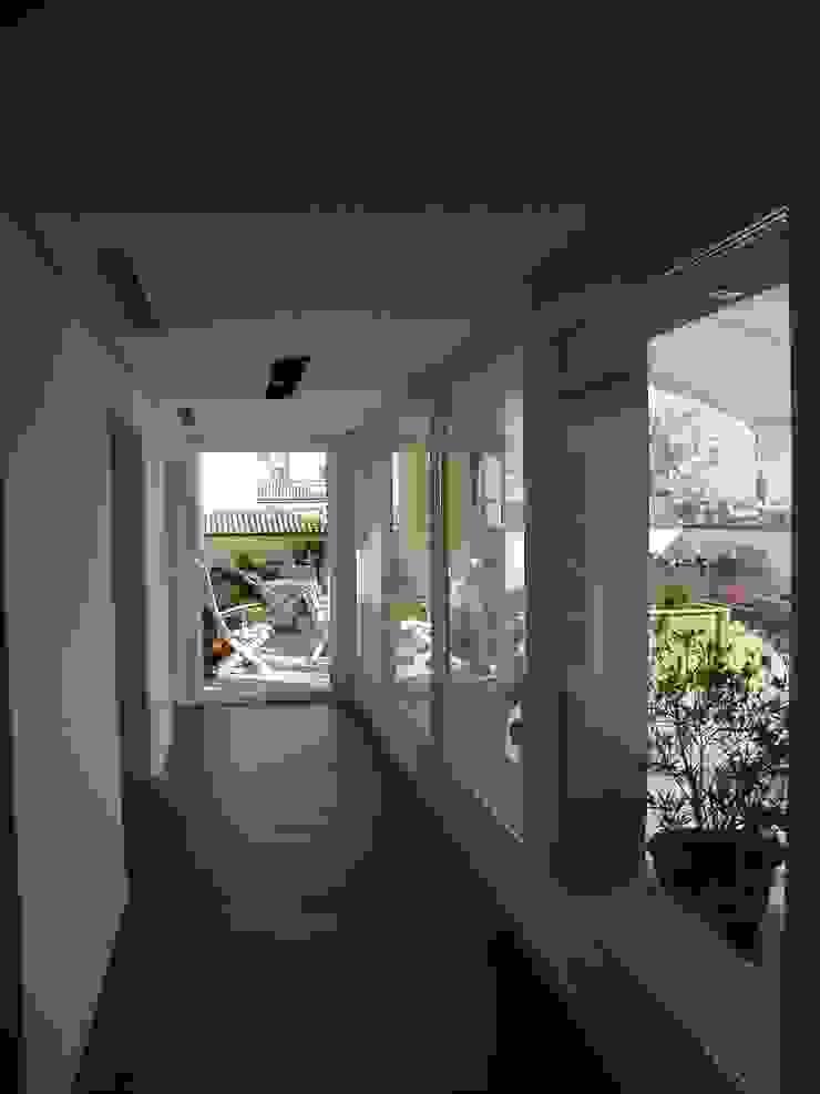 Terrazzo in Piazza Tre Martiri a Rimini Balcone, Veranda & Terrazza in stile minimalista di Paolo Briolini Architettura Minimalista