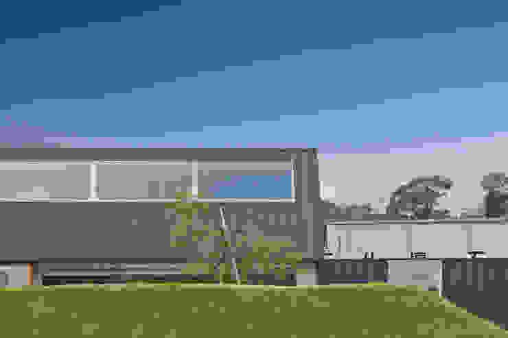 遮るドテ モダンな 家 の WAA ARCHITECTS 一級建築士事務所 モダン
