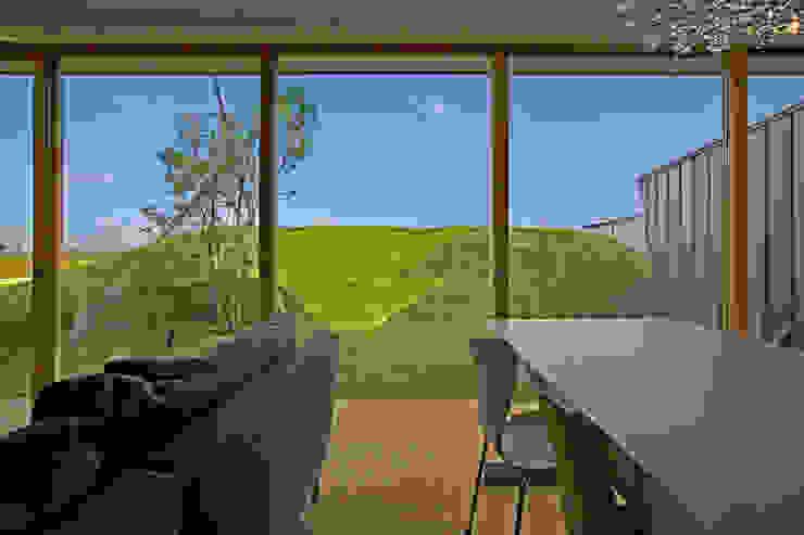 風景の見切りとしてのドテ: WAA ARCHITECTS 一級建築士事務所が手掛けた窓です。,モダン