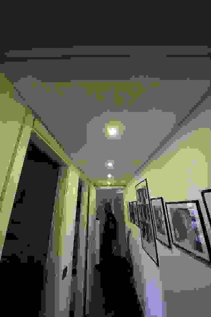 Appartamento grunge in città Ingresso, Corridoio & Scale in stile eclettico di Falegnameria Ferrari Eclettico