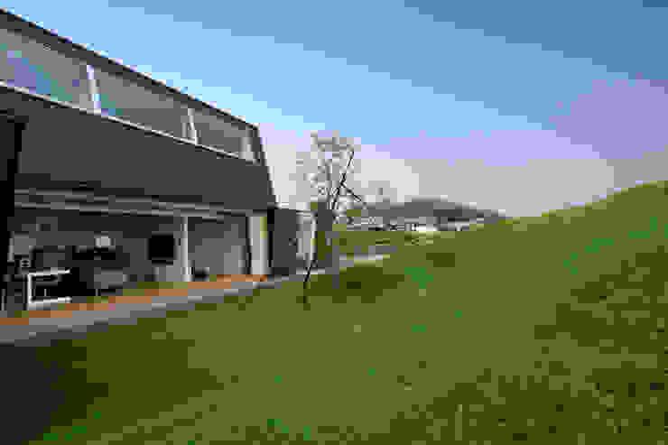 エンガワとドテ: WAA ARCHITECTS 一級建築士事務所が手掛けた庭です。,モダン