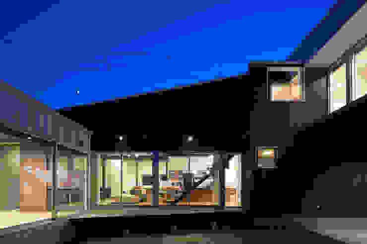 中庭: 花田設計事務所が手掛けた現代のです。,モダン