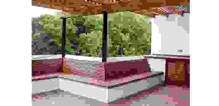Bench of the barbecue FG ARQUITECTES Modern balcony, veranda & terrace