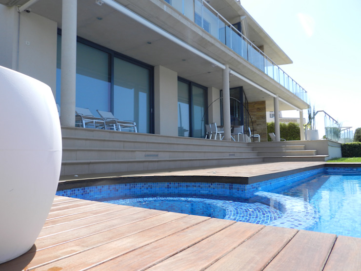 Terrace with swimmingpool Modern Terrace by FG ARQUITECTES Modern
