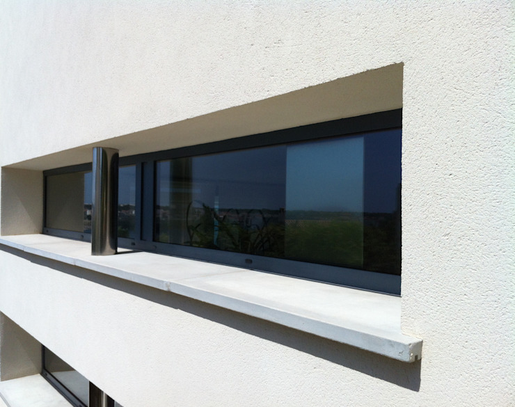 Window on a lateral fachade Modern Windows and Doors by FG ARQUITECTES Modern