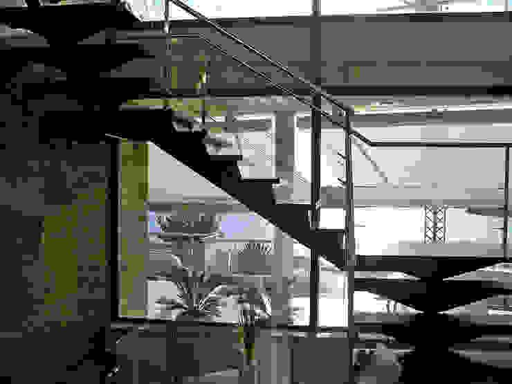 Views through the stairs Modern Corridor, Hallway and Staircase by FG ARQUITECTES Modern