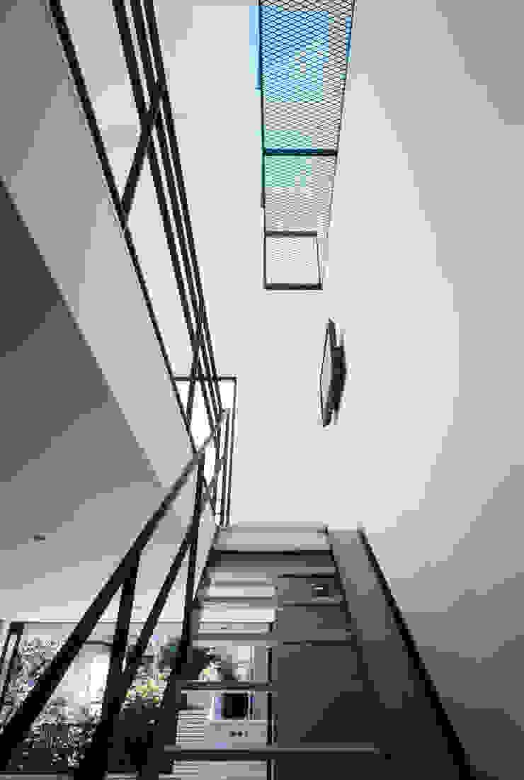 1階 天窓 ミニマルスタイルの 玄関&廊下&階段 の 高橋直子建築設計事務所 ミニマル