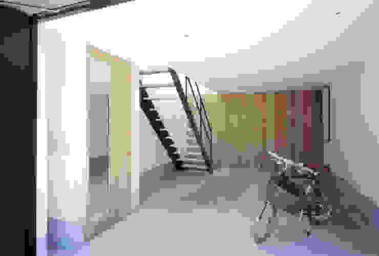 Minimalist style garage/shed by 高橋直子建築設計事務所 Minimalist