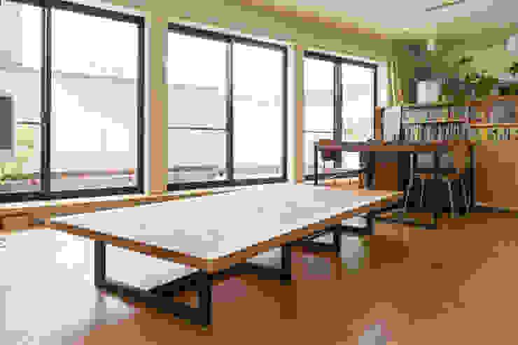 ダイニングテーブル モダンデザインの リビング の 一級建築士事務所 SAKAKI Atelier モダン 木 木目調
