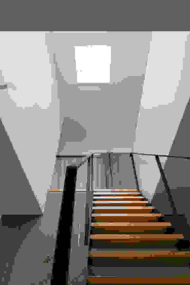 吹抜 モダンスタイルの 玄関&廊下&階段 の 一級建築士事務所 SAKAKI Atelier モダン
