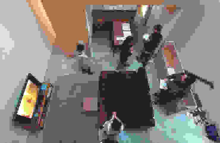 子供部屋からリビングを見下ろす オリジナルデザインの リビング の Kondohideo Architects co,;ltd. オリジナル