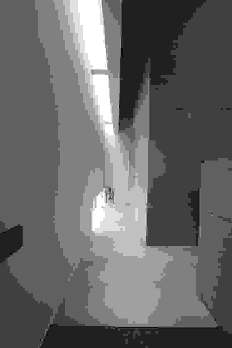 廊下あるいは路地 オリジナルスタイルの 玄関&廊下&階段 の Kondohideo Architects co,;ltd. オリジナル
