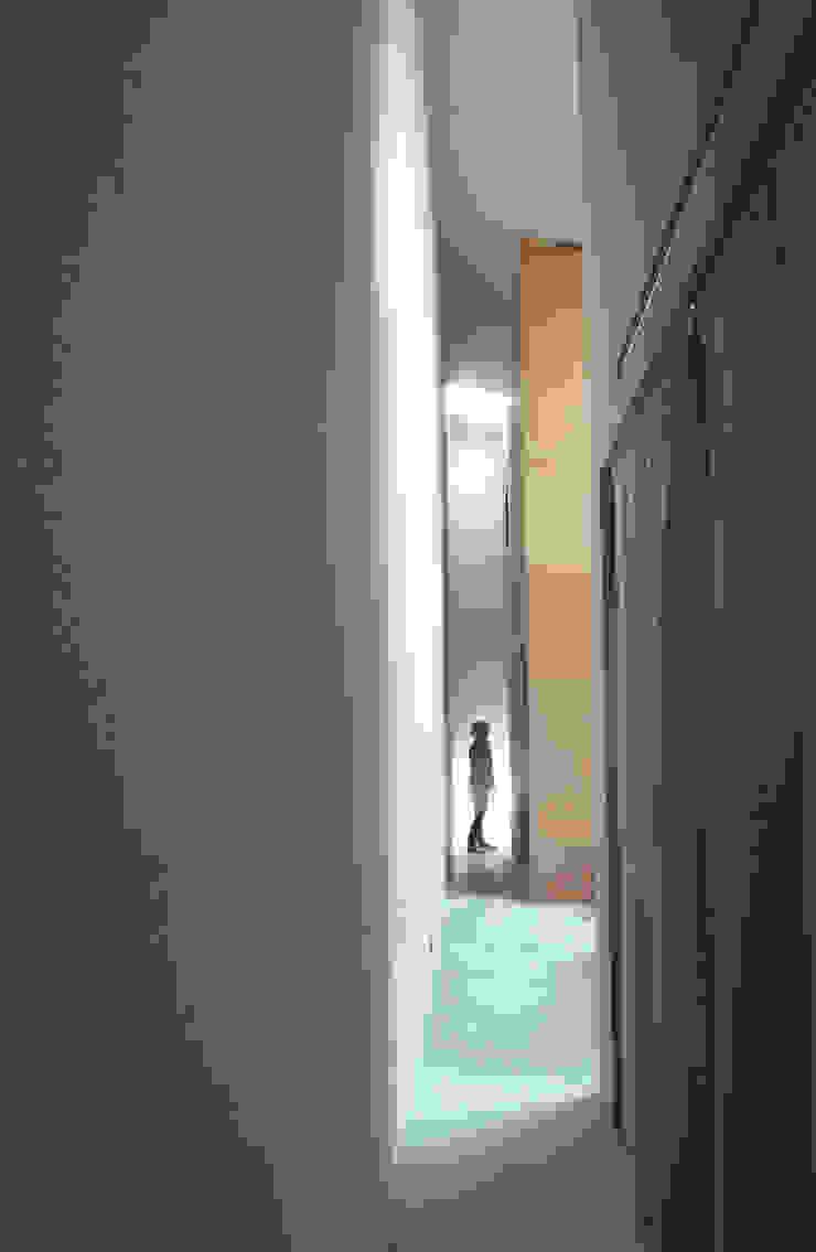 路地または廊下 オリジナルスタイルの お風呂 の Kondohideo Architects co,;ltd. オリジナル