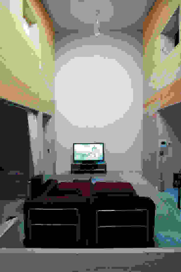 2つのハコに囲まれたリビングルーム オリジナルデザインの リビング の Kondohideo Architects co,;ltd. オリジナル