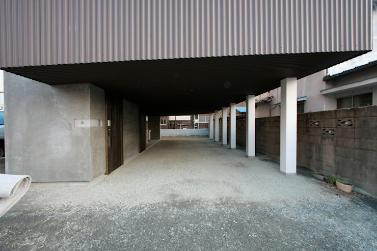 1階ガレージ オリジナルデザインの ガレージ・物置 の Kondohideo Architects co,;ltd. オリジナル