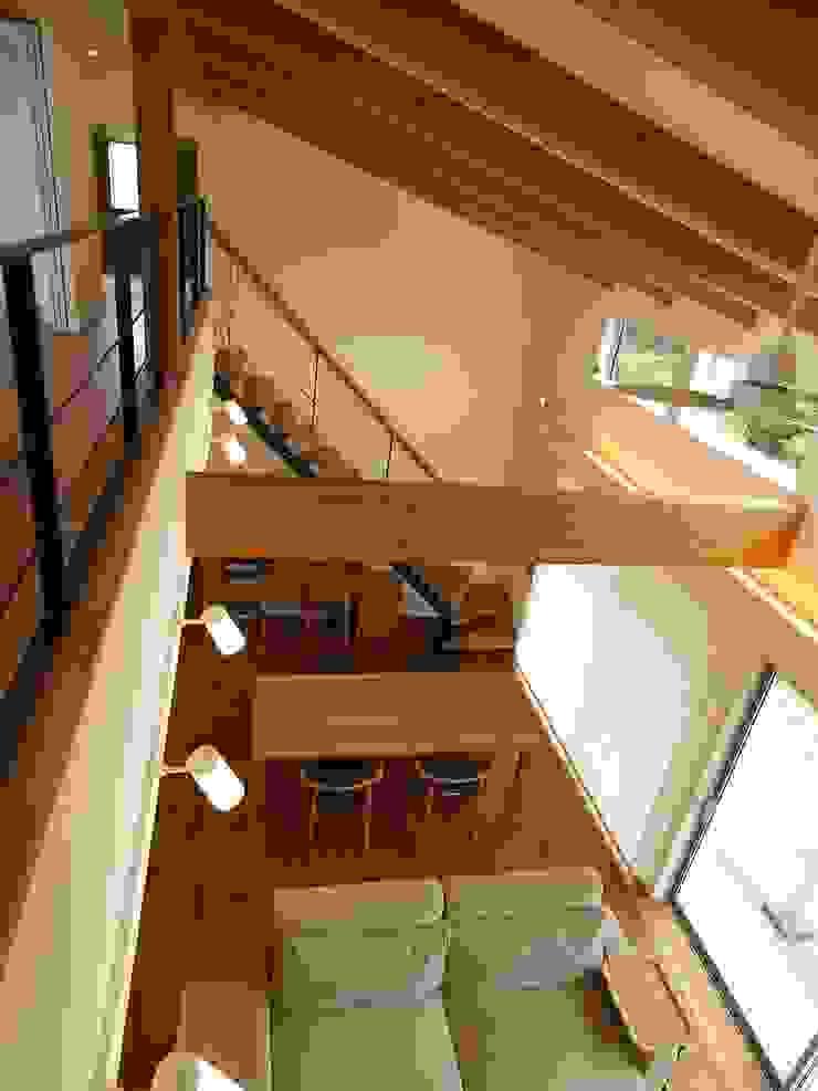 吹き抜けからの見下ろし オリジナルデザインの リビング の ai建築アトリエ オリジナル